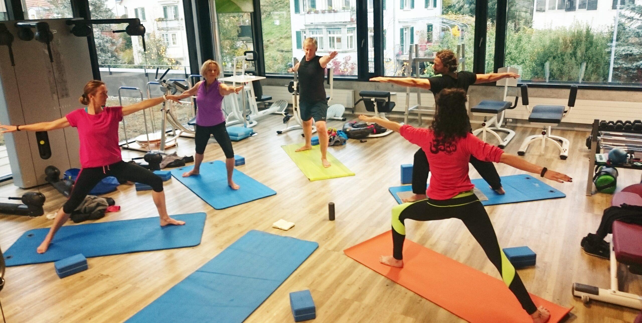 Yoga im Fitnessstudio üben