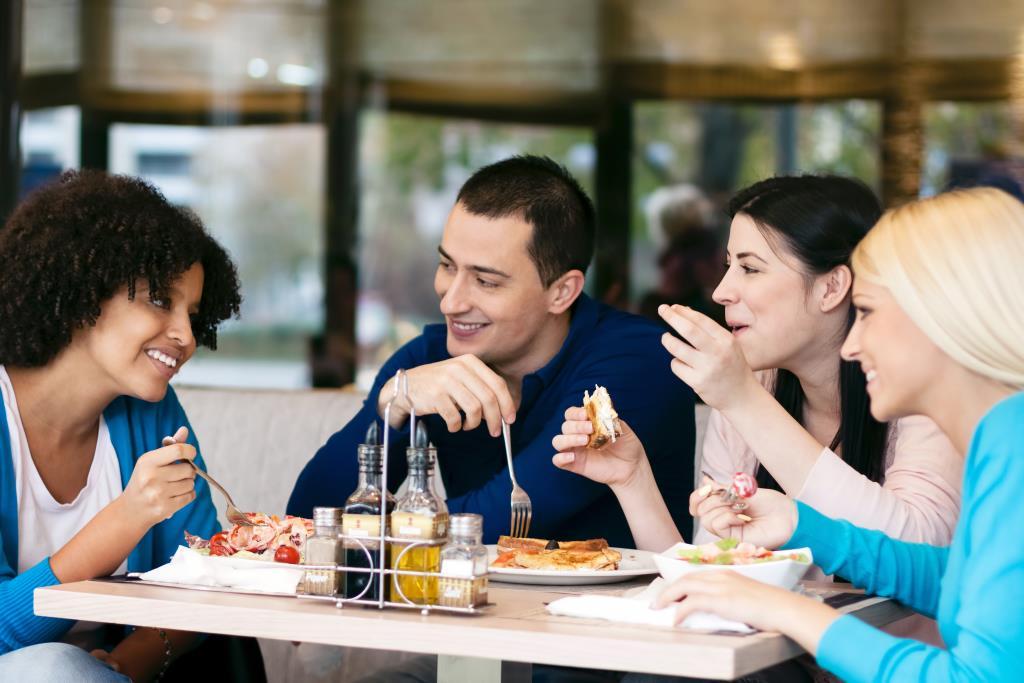 freunde-gemeinsam-essen